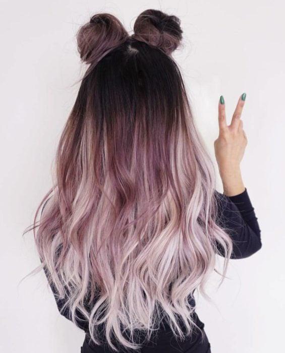 Chica con el cabello de color morado sujetado en dos chonguitos altos