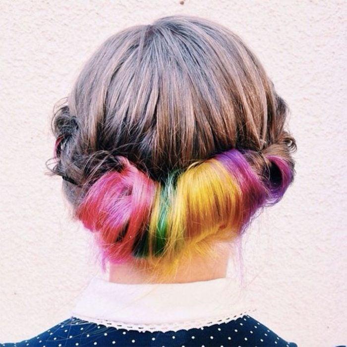 Chica con el cabello sujetado en un chongo bajo para mostrar su color de cabello