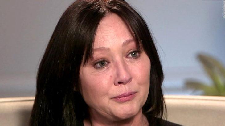 Shannen doherty dando una entrevista para la cadena ABC y llorando