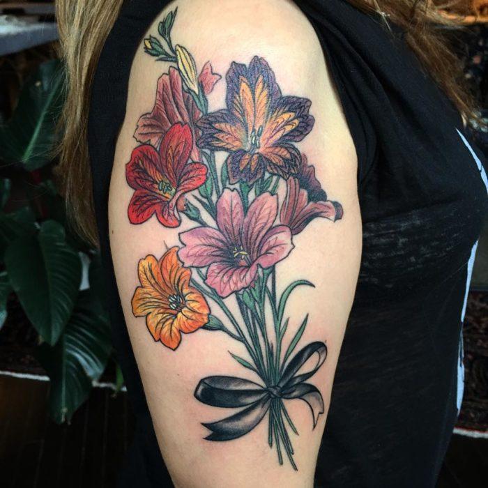 Tatuaje de ramo de tulipanes