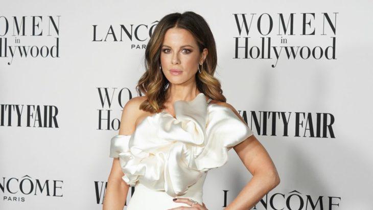 Kate Beckinsale posando con un vestido blanco
