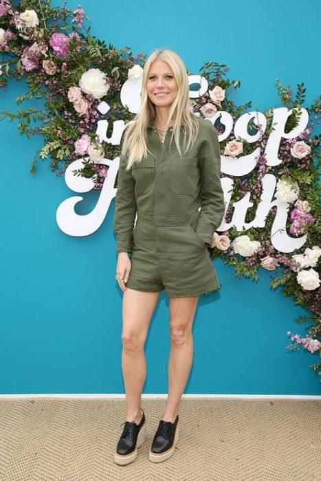 Gwyneth Paltrow posando un jumper en tono verde militar