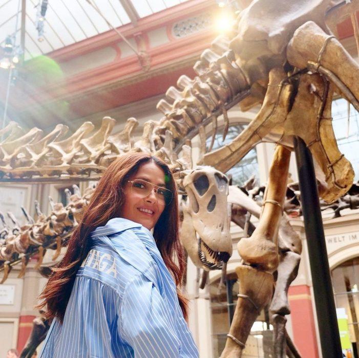 Salma Hayek en un museo de antropología en París