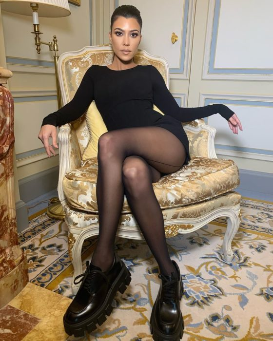 Kourtney Kardashian sentada en un sofá
