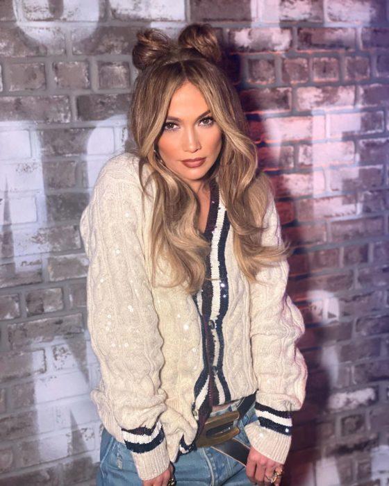 Jennifer Lopez posando con chaqueta banca