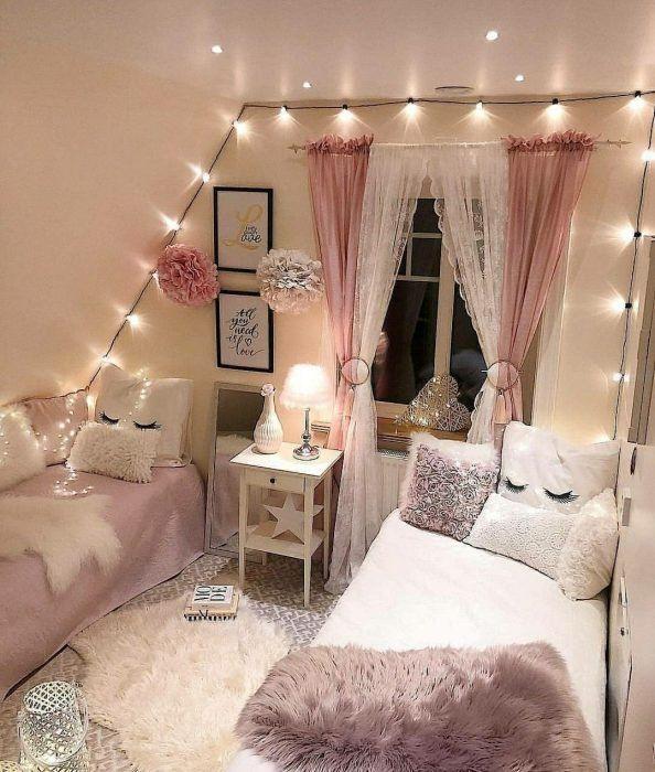 Habitación de mujer en tonos rosa pastel y blanco