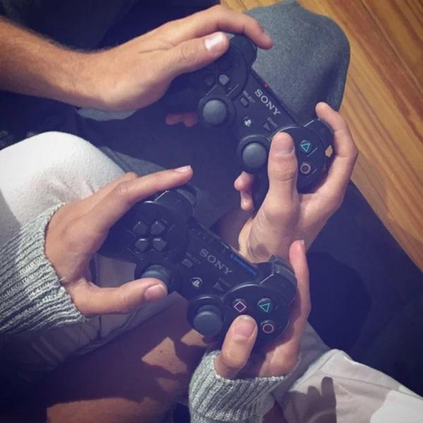 Pareja de novios jugando play station