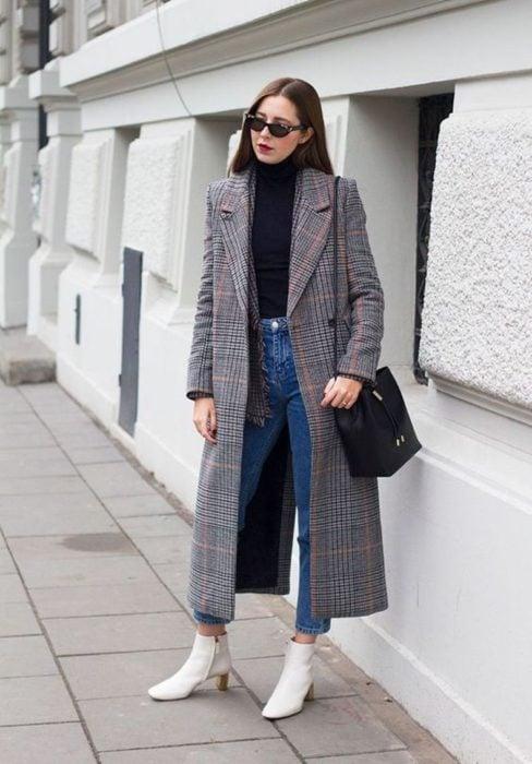 Outfit usando un abrigo con estampado a cuadros