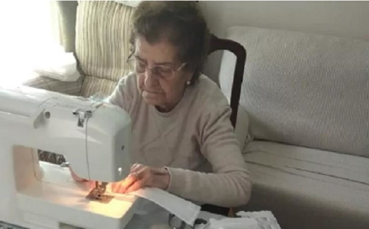 Abuelita cose cubrebocas en maquina de coser para hospitales más necesitados