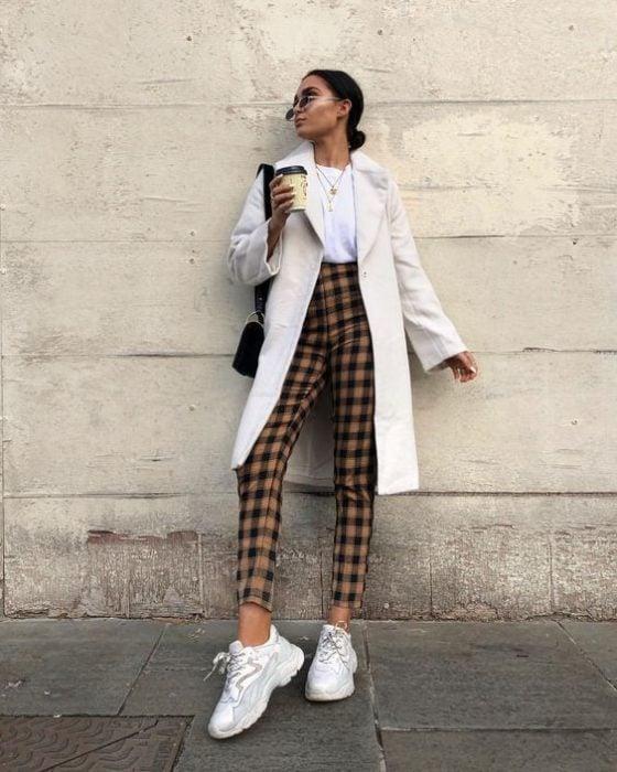 Chica con outfit de accesorios neutros