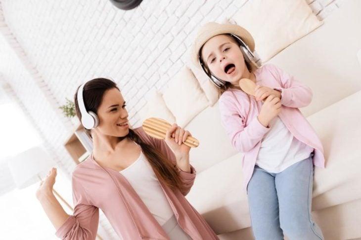 Tía y sobrina cantando