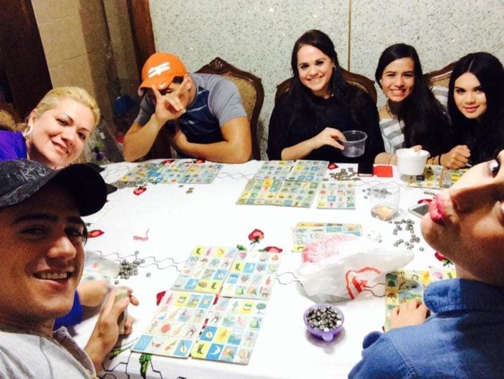 Familia reunida jugando lotería