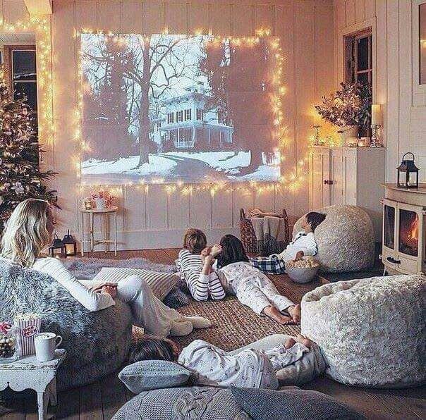 Mujer junto a sus hijos viendo películas