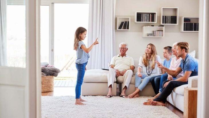 Familia jugando a adivina la palabra con mimica