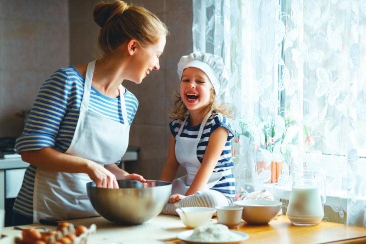 Madre e hija cocinando pasteles