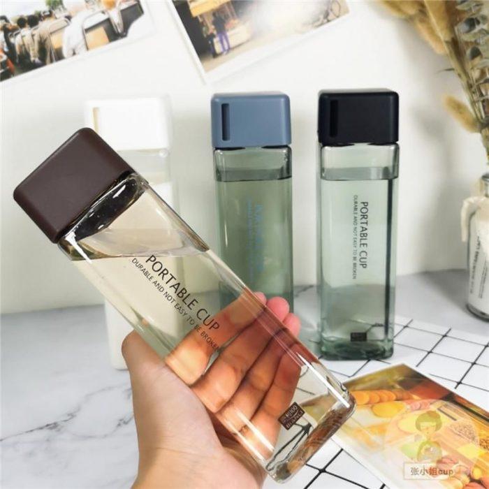 Botellas de agua natural