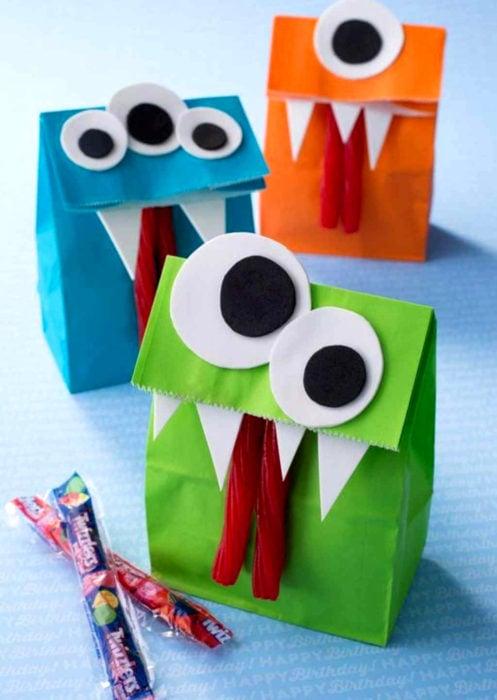 Aguinaldos para fiesta infantil del Día del Niño; bolsas de monstruos