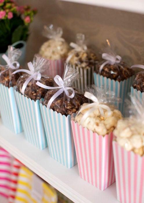 Aguinaldos para fiesta infantil del Día del Niño; cajas con palomitas saladas y de chocolate
