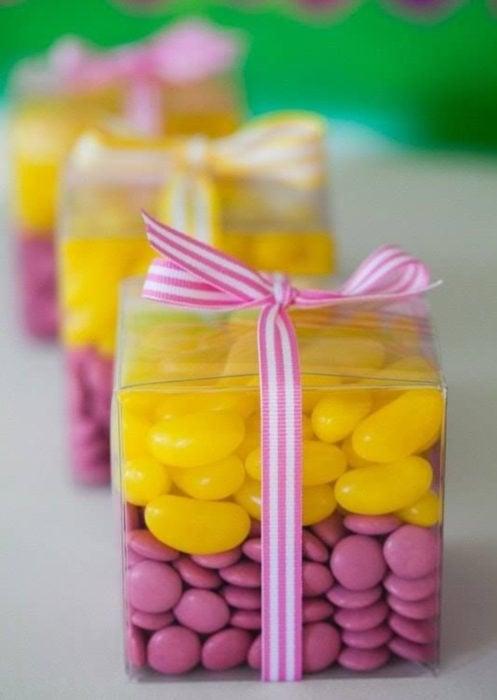 Aguinaldos para fiesta infantil del Día del Niño; caja transparente con dulces