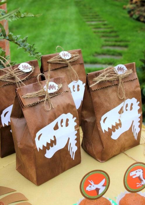 Aguinaldos para fiesta infantil del Día del Niño; bolsas de dinosaurios con dulces