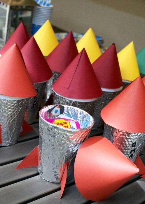 Aguinaldos para fiesta infantil del Día del Niño; cohetes con dulces