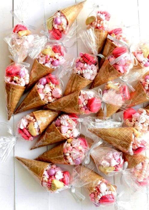 Aguinaldos para fiesta infantil del Día del Niño; conos de helado con dulces