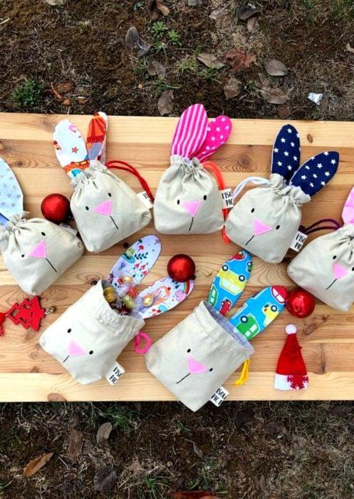 Aguinaldos para fiesta infantil del Día del Niño; bolsa de tela reutilizable de conejo con dulces