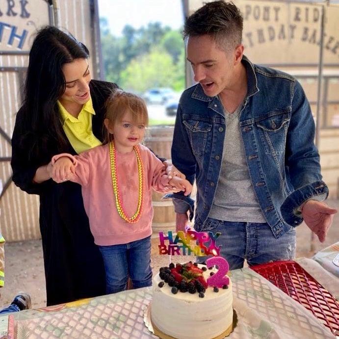 Aislinn Derbez y Mauricio Ochmann con su hija Kai en su fiesta de cumpleaños