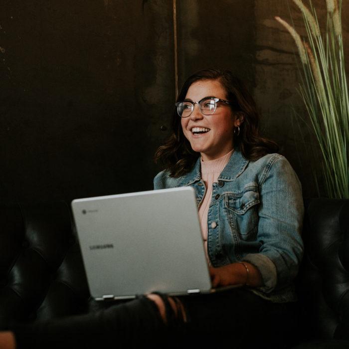 Chica viendo película en laptop
