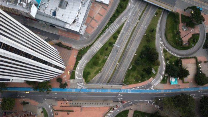 Ciudad de bogotá desierta por el covid-19