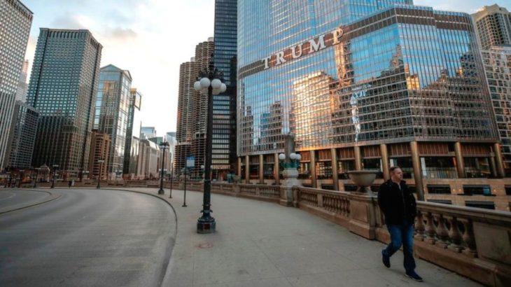 Hombre solo caminando en chicago