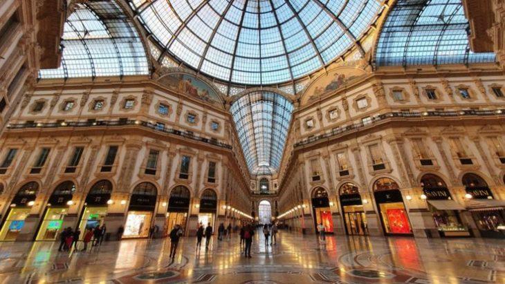 Plaza victor en Milán desertica