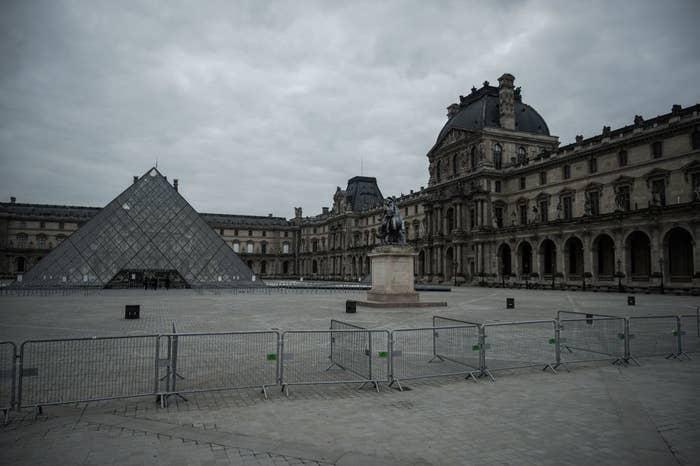 Museo de Luvre de parís sin visitantes