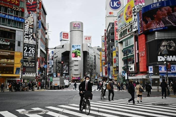 cruce de Shibuya en Tokio con menos afluencia de gente