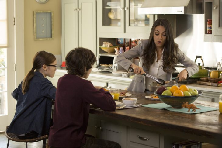 Escena de película de el club de las madres rebelde cuando les sirve de comer