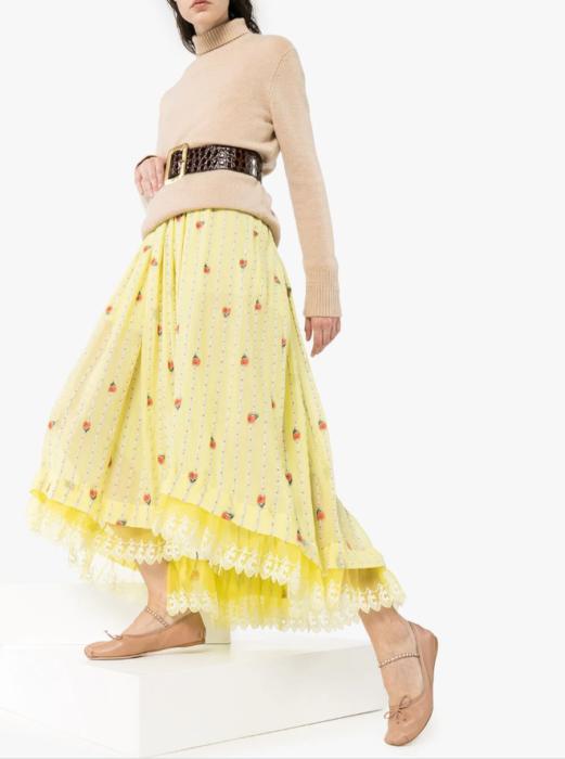 Modelo con suéter beige y falda amarilla con detalles en rojo y bailarinas miu miu bege