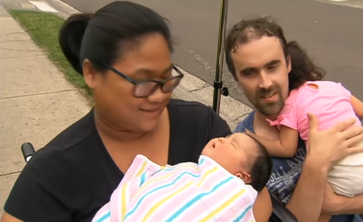Pareja sosteniendo a su bebé de 7 kilos recién nacida