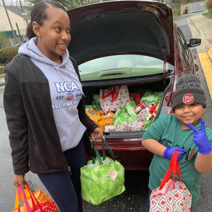Cavanaugh Bell y su madre entregando los paquetes de ayuda a personas de la tercera edad
