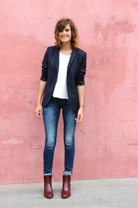 Outfit de chica usando un blazer de color solido en azul marino