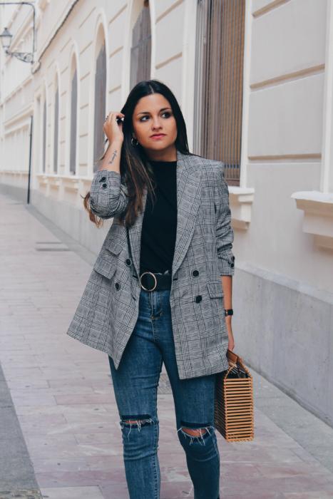 Chica con outfit usando un blazer con estampado a cuadros