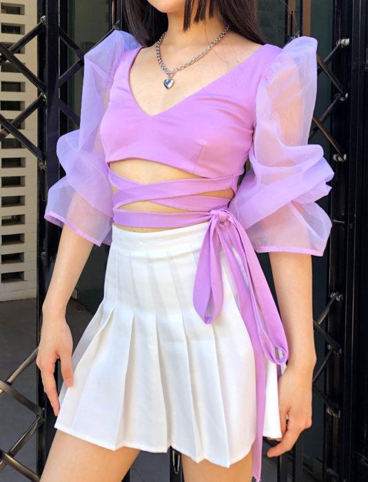 Top morado de mangas de tela transparente, gigot, falda blanca de estudiante