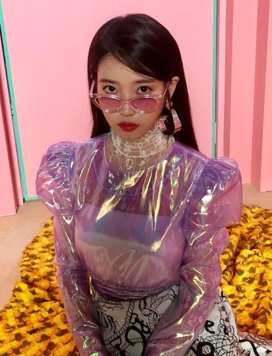 Chica japonesa con blusa de hule tornasol de mangas gigot