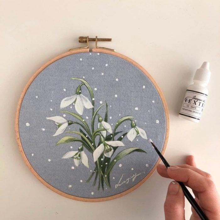Círculo de bordado con tela tipo denim con racimo de flores blancas