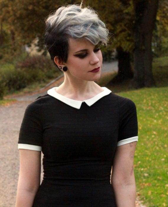 Cabello negro con blanco; chica con corte pixie y color plateado en la parte de arriba