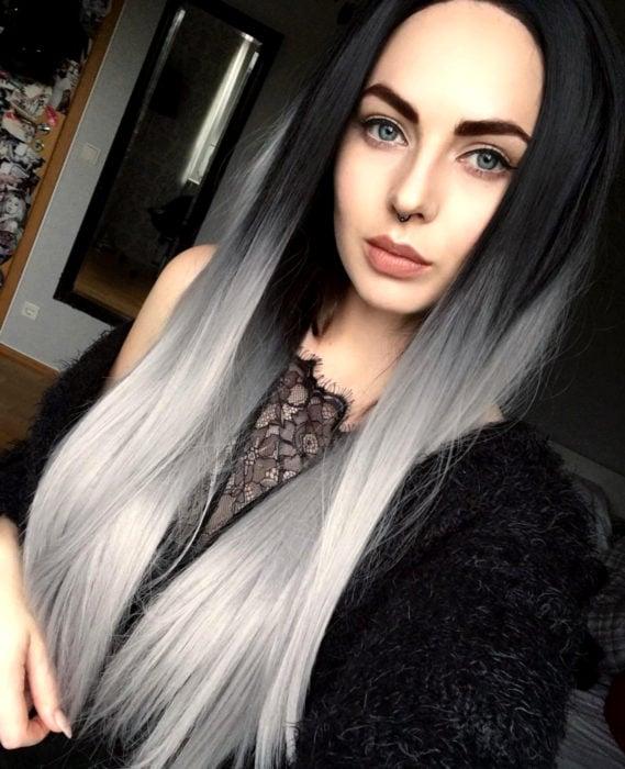 Cabello negro con blanco; mujer de cabello largo y lacio