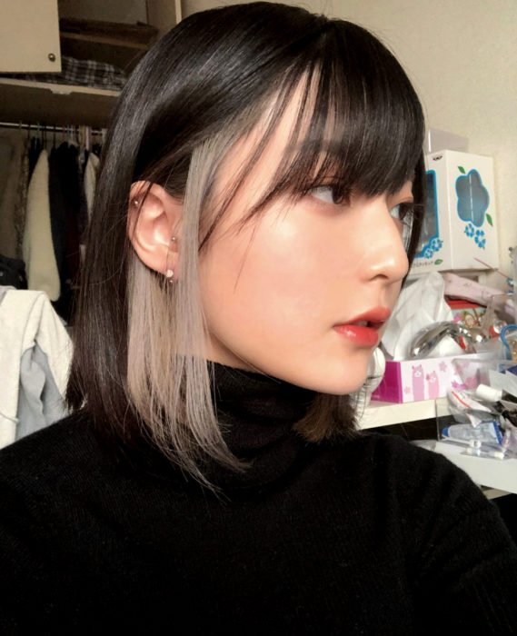 Cabello negro con blanco;chica asiática con cabello corto y mechones rubios en las patillas, fleco