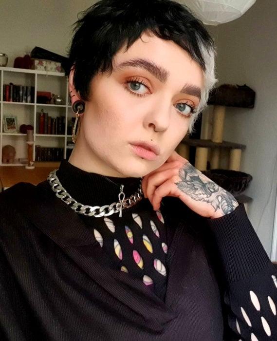 Cabello negro con blanco; chica con corte pixie y un mechón rubio