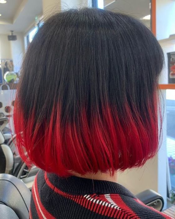 Cabello oscuro con puntas de color rojas