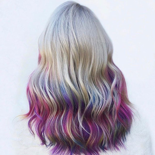 Cabello con puntas de color arcoiris