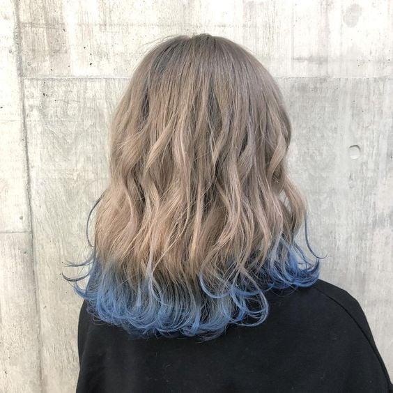 Melena rizada con puntas azules